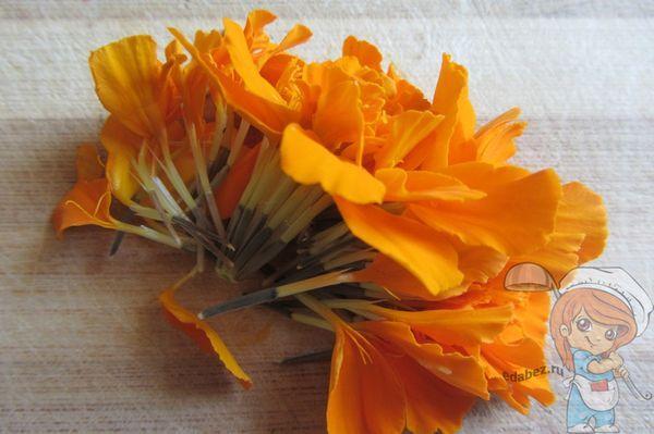 Обрываем листки у цветка