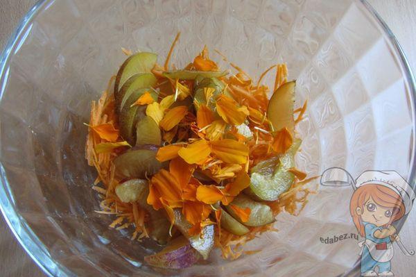 Добавляем лепестки в салатник