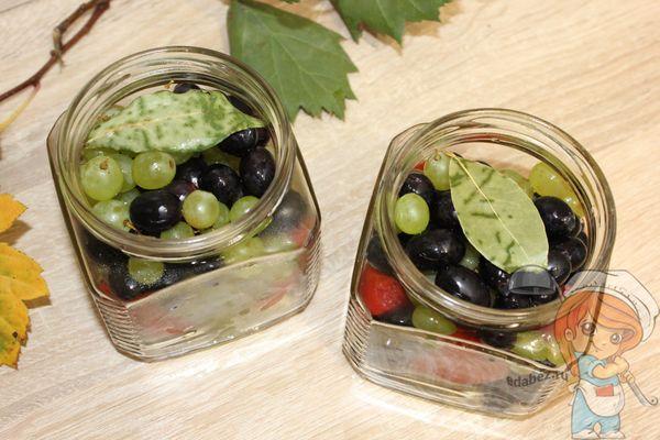 Банки с виноградом, томатами и листом