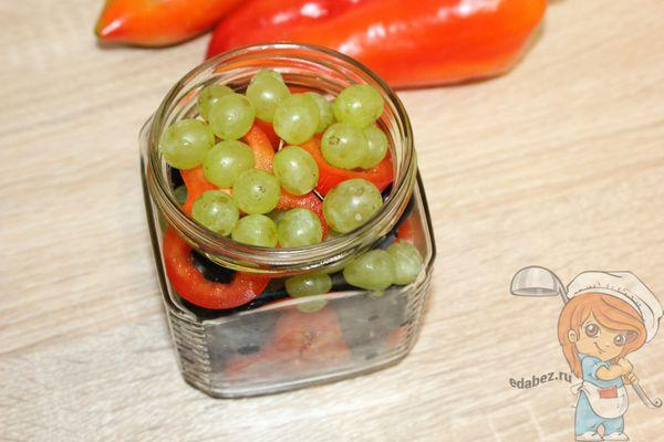 слой зеленого винограда