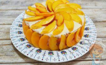 Бисквитный торт с бананами и персиками