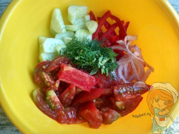 Выкладываем овощи и зелень в миску