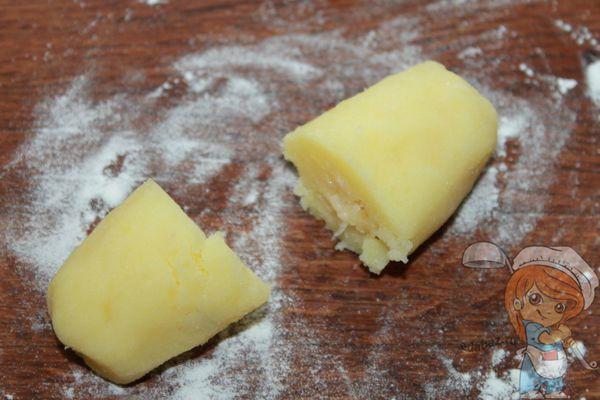 Разрезаем колбаски пополам