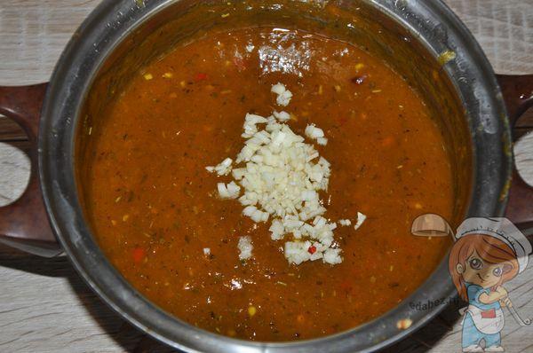 Добавляем чеснок в соус