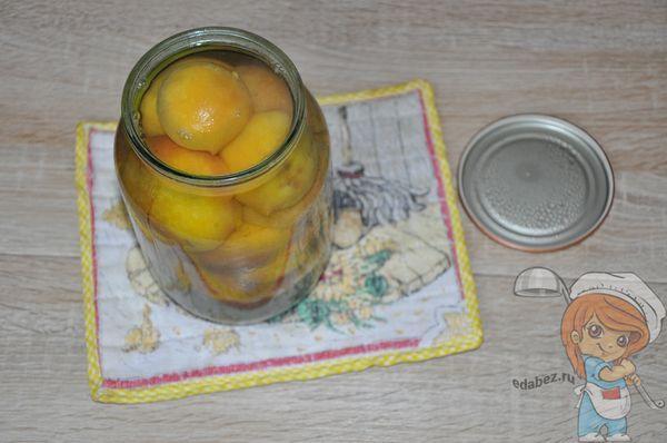 заливаем персики сиропом