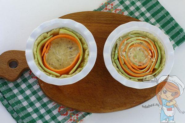 Выкладываем кабачок и морковь