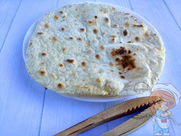 Индийская лепешка на тарелке