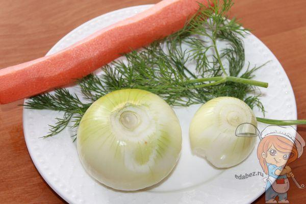 Очищаем овощи и моем зелень