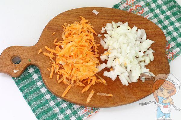 Лук и морковь нарезаем