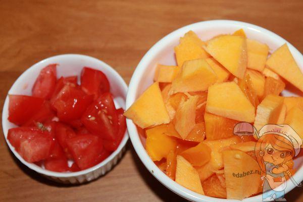 Нарезаем тыкву и томат