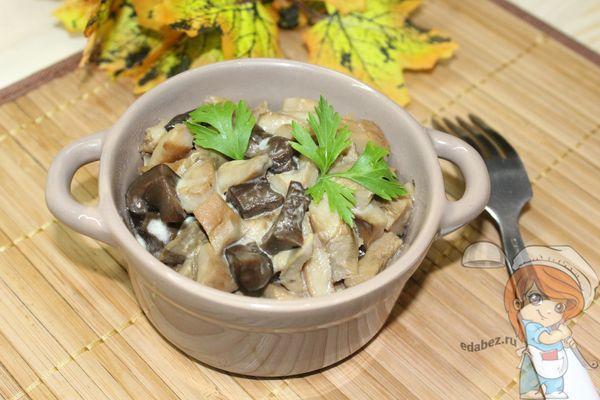 грибы со сметаной на сковороде