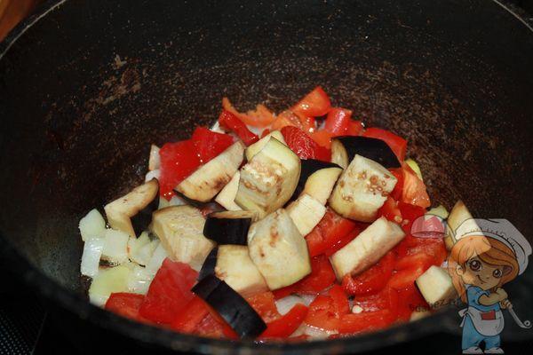 Обжариваем перец и баклажаны