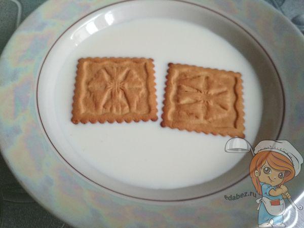 опускаем печенье в молоко