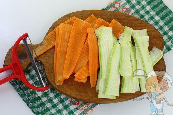 Нарезаем кабачок и морковь