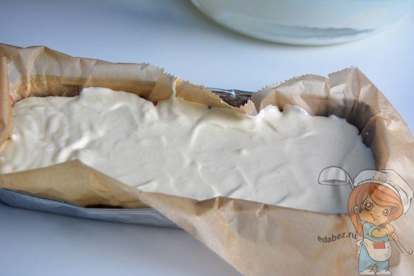 Заливаем белое тесто