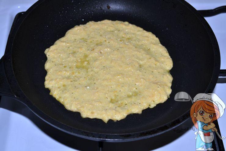 Вливаем тесто на сковороду