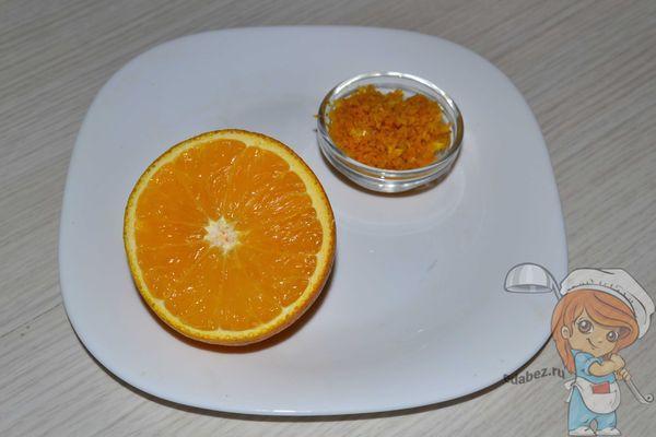 Выжимаем сок из апельсина и снимаем цедру