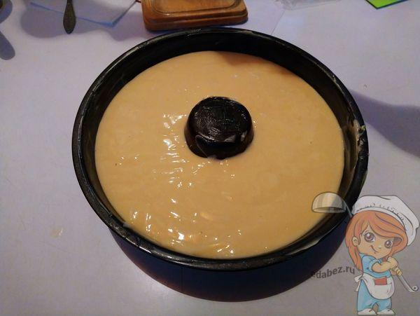Выливаем тесто в форму и ставим выпекаться