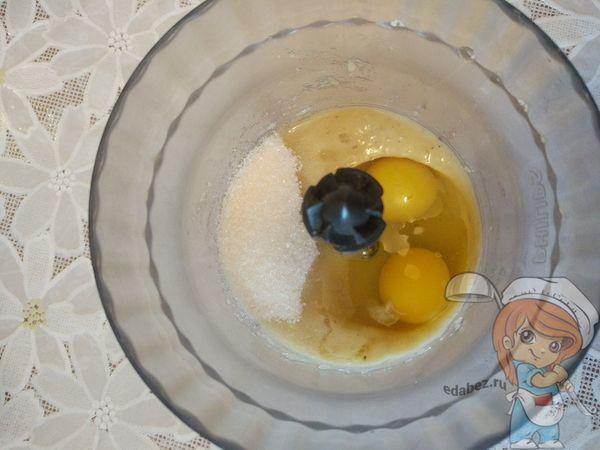 Добавляем яйца и взбиваем