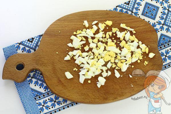 Нарезаем яйца