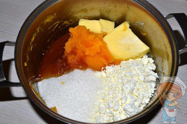 добавляем масло, мед и творог