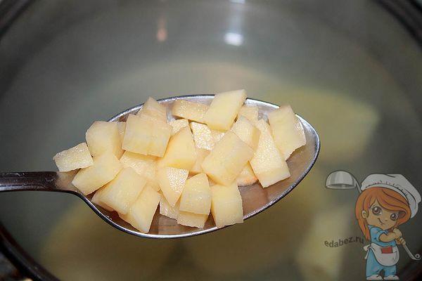 всыпаем картофель в бульон