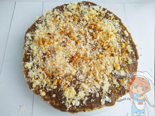 посыпаем торт крошкой и орехами