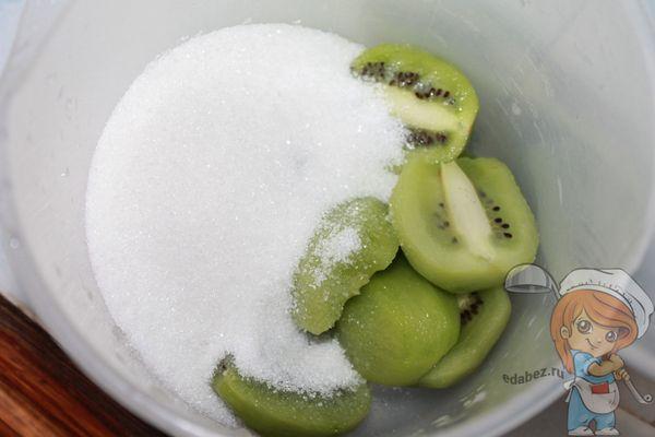 выкладываем в стакан и смешиваем с сахаром