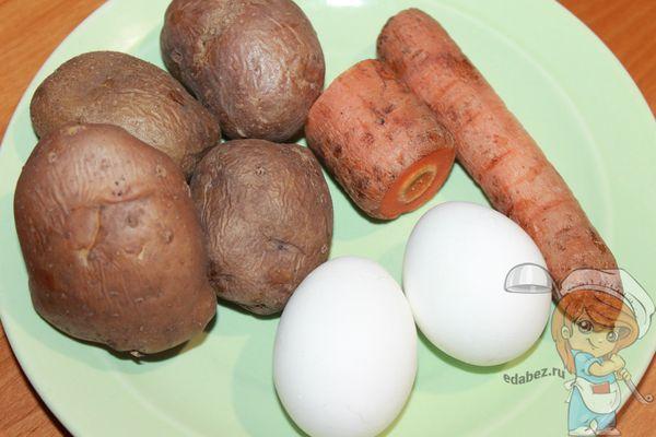 отвариваем картофель и яйца