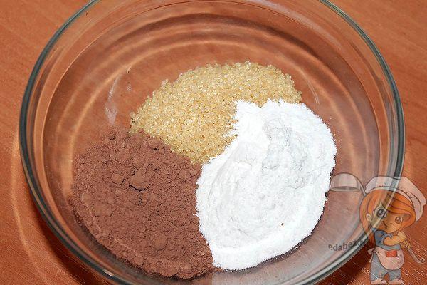 Смешиваем какао рисовую муку и сахар