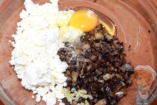 творог, грибы, чеснок и яйцо