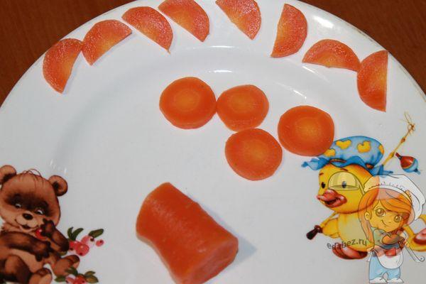 нарезаем морковь кружочками и полукружьями