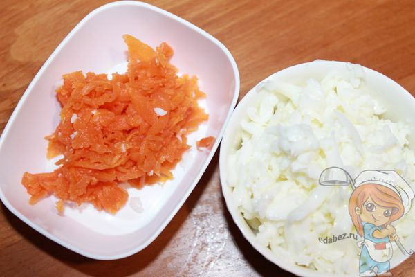 Натираем белок и морковь