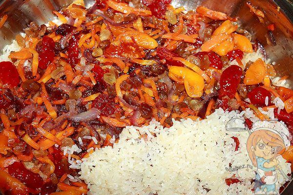 Смешиваем рис с зажаркой