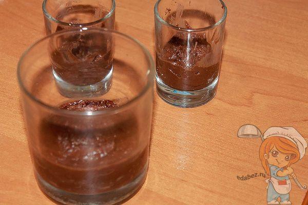 раскладываем шоколадный слой в посуду