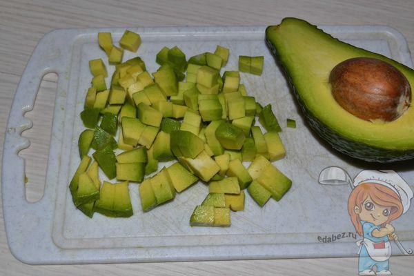 Авокадо нарезаем кубиками