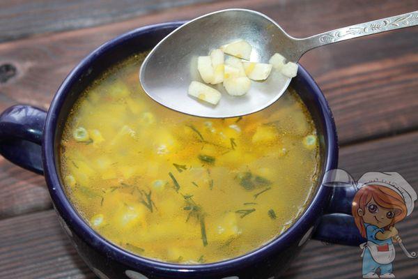 Добавляем чеснок в суп