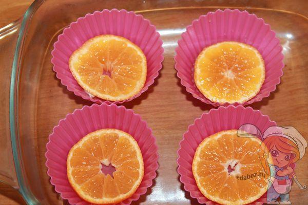 На дно выкладываем мандариновые дольки