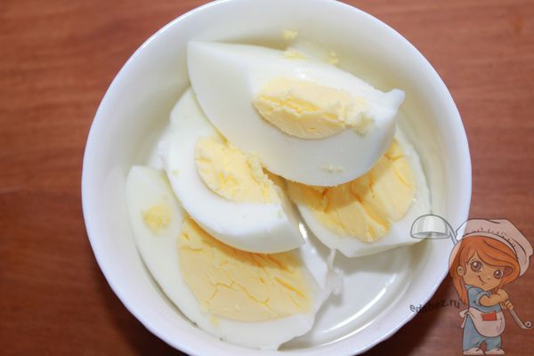 Нарезаем яйцо на четверти