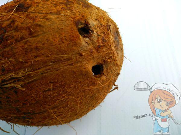 Делаем отверстия в кокосе