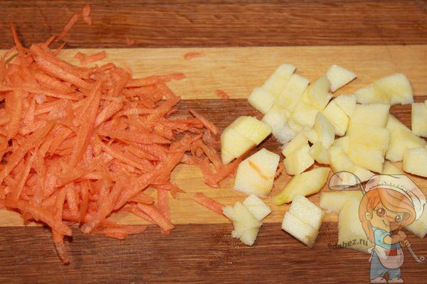 морковь на терке и яблоко кусочками