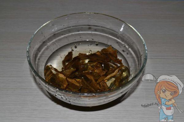 Замачиваем сушенные грибы