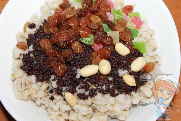 Добавляем орехи и изюм
