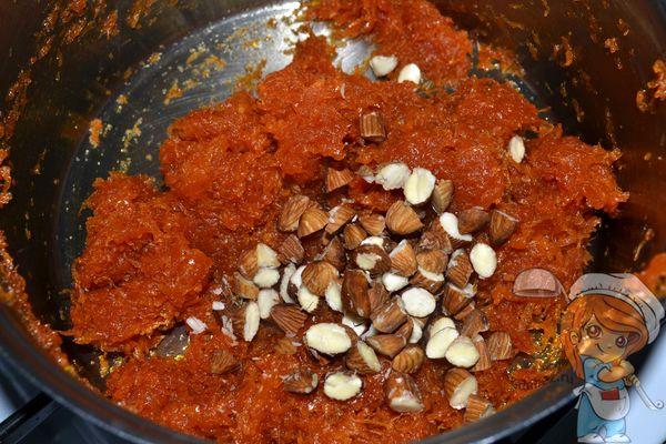 высыпаем орехи в морковную массу