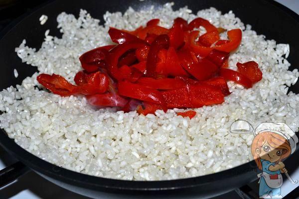 обжариваем рис с перцем