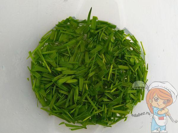 зелень с водой в стакане блендера
