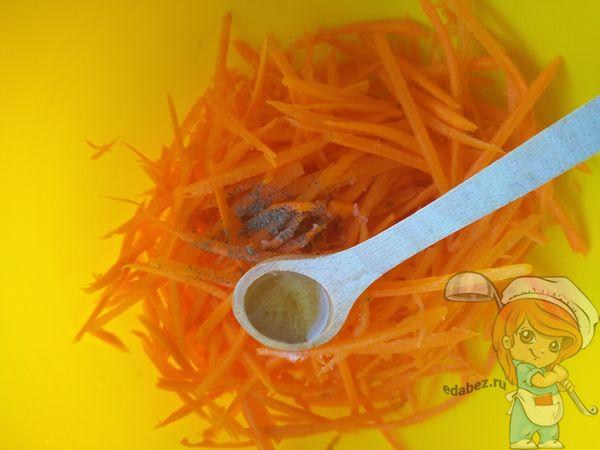 Перчим морковь и добавляем масло