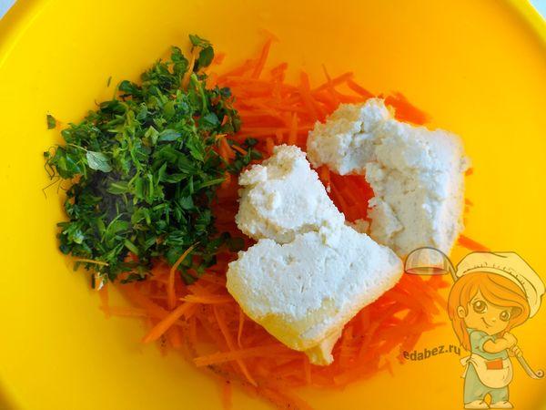 Перемешиваем составляющие салата