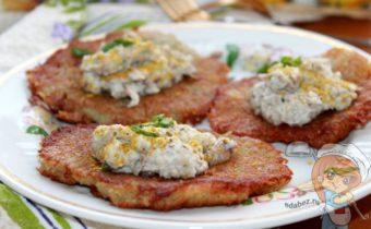 Картофельные оладьи с грибным соусом - рецепт с фото