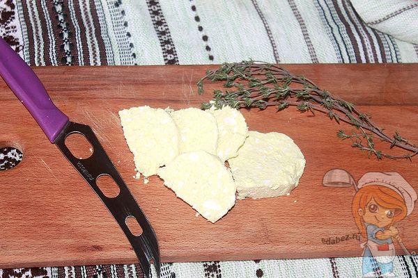 Нарезаем сыр кусочками